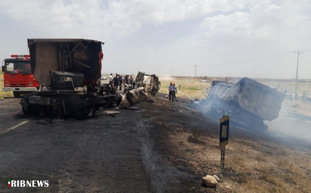 آتش سوزی دو دستگاه تریلی در محور بردسکن به طبس